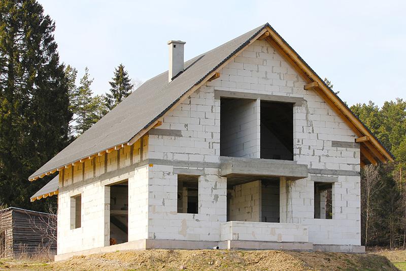 Во время возведения дома из газобетона или при его консервации на зиму необходимо укрывать его